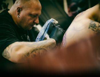 David, Tätowierer - Realistic Black & Grey Tattoos bei Bunte Tinte Tattoos